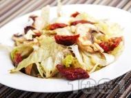 Салата айсберг със сушени домати, сурови гъби печурки и кедрови ядки